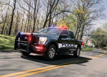 Jeep é atingido por raio em estrada no Kansas; assista