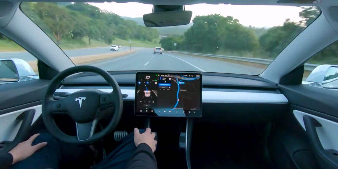 Mulher alega que bebê de 10 meses comprou software autônomo da Tesla de US$ 10 mil