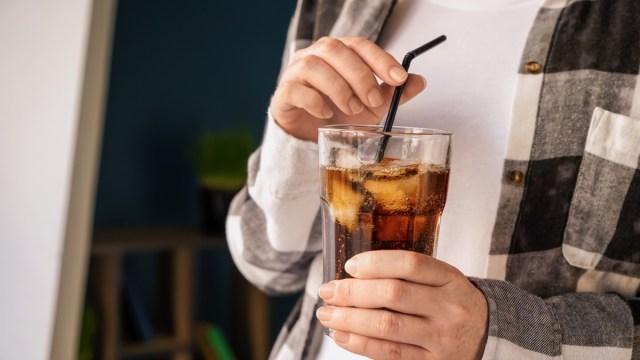 Um dos principais efeitos colaterais de beber muito refrigerante, diz a ciência