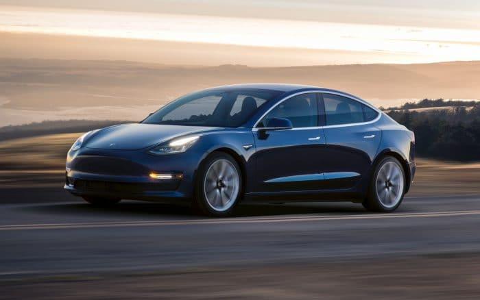 Homem vandaliza em carro da Tesla em acidente bizarro; veja o vídeo