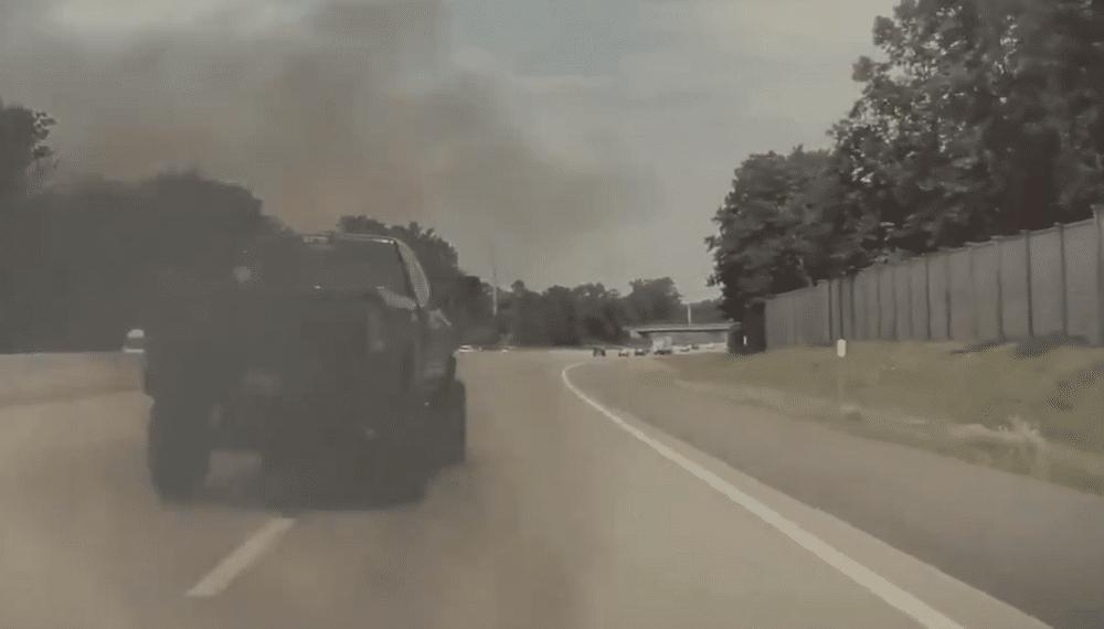 Motoristas de caminhonetes fazem manobras para encobrir carros elétricos com fuligem; veja